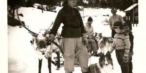 Bilde fra ein provianteringstur med kjørbukk på 50-talet. Jakob Bakken sit på sleden, Torbjørn Ringebo (med pipe), Odd Egil Ringebo og Stein Fjeld, og eg står med bukken.